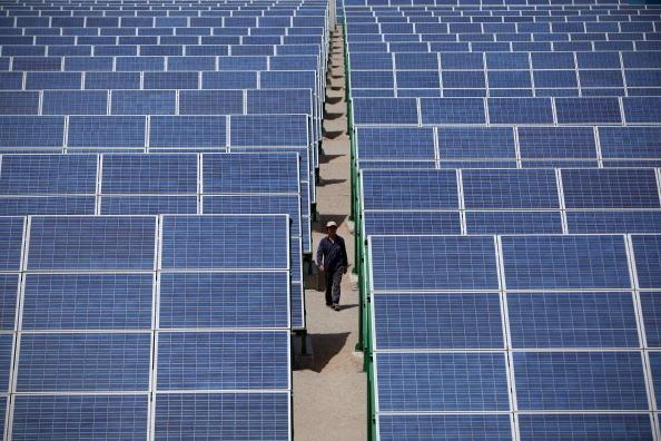 美國總統特朗普1月22日批准對進口太陽能板和部份洗衣機徵收保護性關稅。圖為中國架設在甘肅的太陽能電池板,中國是太陽能電池板最大的出口國。(Feng Li/Getty Images)