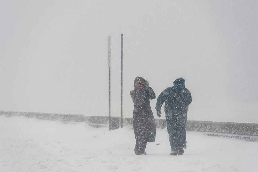 暴風雪傑克遜(Storm Jaxon)侵襲美國中部,科羅拉多州70號州際公路路段關閉,丹佛國際機場取消了約200次航班,亞利桑那州的部份地區交通面臨癱瘓,猶他州積雪已達18英寸。(RYAN MCBRIDE/AFP/Getty Images)