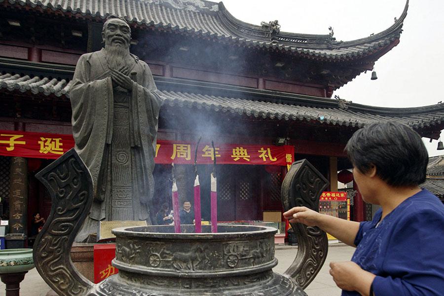 中華傳統文化以儒、釋、道思想為根,給中國人甚至周邊國家人民更帶來深遠影響。圖為民眾祭拜孔子。(China Photos/Getty Images)
