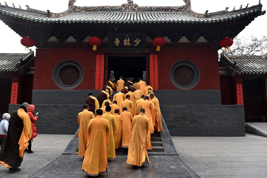 專家表示,中共對宗教統戰與滲透,造成亂象,如有的和尚摟著女人招搖過市,有的不唸佛經而唸十九大報告。圖為少林寺舉行儀式。(STR/AFP/Getty Images)