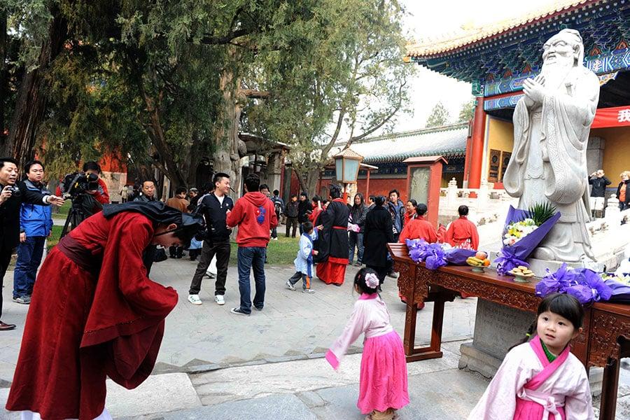 中華傳統文化以儒、釋、道思想為根,給中國人甚至周邊國家人民更帶來深遠影響。圖為民眾祭拜孔子。(AFP/Getty Images)