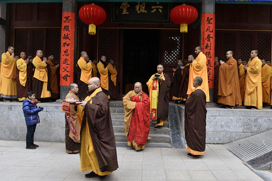 專家表示,中共對宗教統戰與滲透,造成亂象,如有的和尚摟著女人招搖過市。圖為少林寺舉行儀式,紅色袈裟者為涉醜聞的釋永信。(STR/AFP/Getty Images)