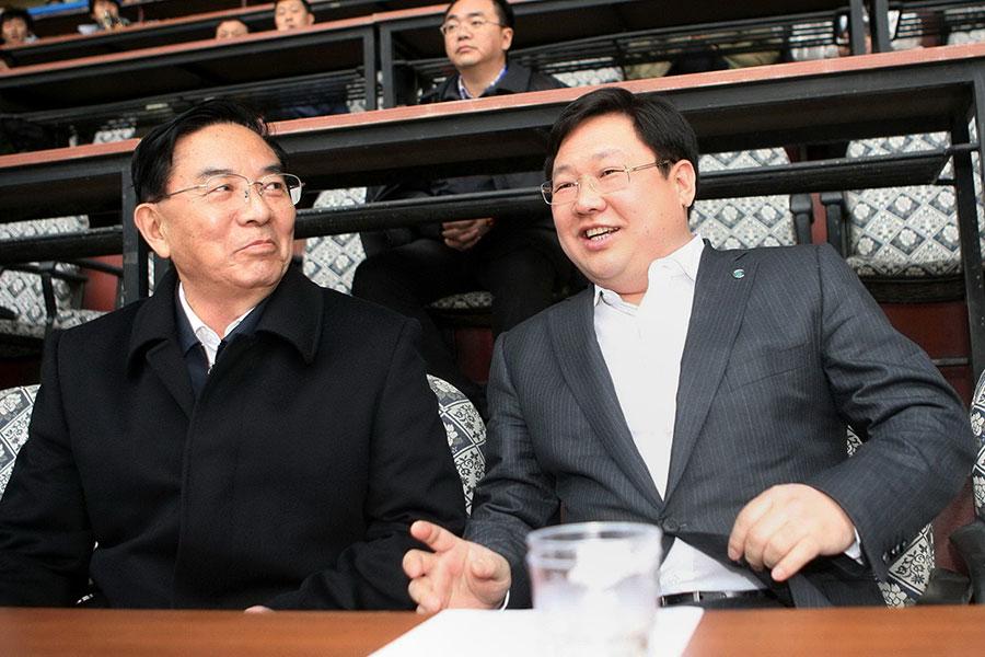 曾夥同薄谷開來殺人的張曉軍已提前近4年出獄,而深度涉嫌薄周政變徐明(右)在出獄前突然死亡。(STR/AFP/Getty Images)