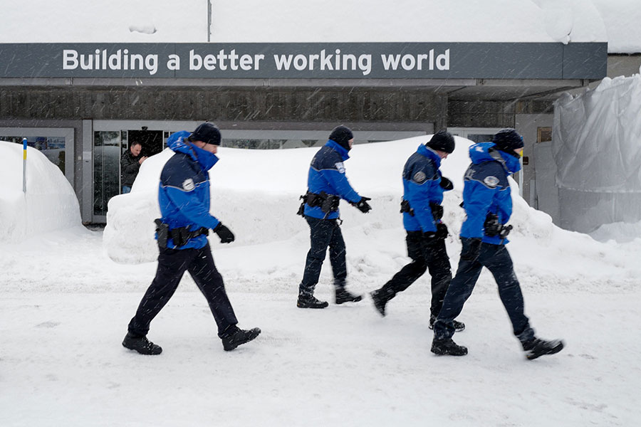 第48屆世界經濟論壇將於2018年1月23日至26日在瑞士滑雪勝地達沃斯召開。確保2,500多名各國政商界高層人士的安全絕非易事。(FABRICE COFFRINI/AFP/Getty Images)