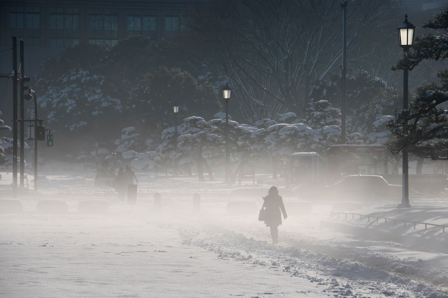 22日,日本氣象廳對東京發出4年來首個大雪警報,23日凌晨已解除警報。(AFP PHOTO/Toshifumi KITAMURA)