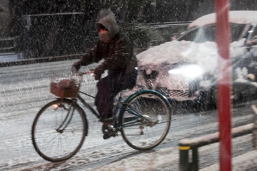 周一(22日),日本關東地區降下大雪,造成當地航班以及陸上交通大亂。(AFP PHOTO/BEHROUZ MEHRI)