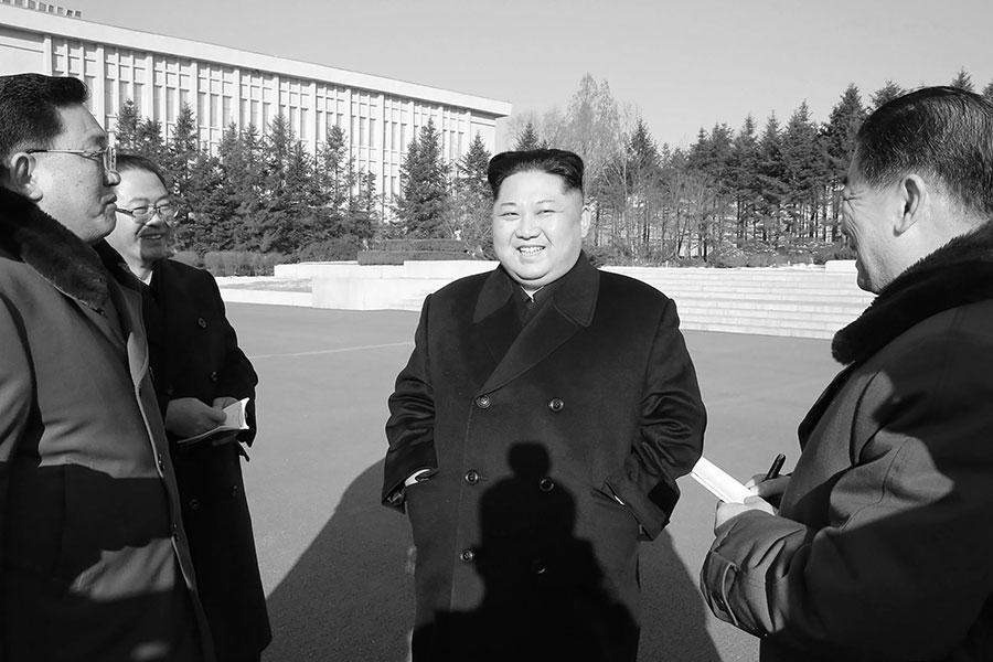 南韓「每日北韓」網站援引消息稱,北韓領導人金正恩(中)在1月19日下達加強戰鬥準備的指令。(STR/AFP/Getty Images)