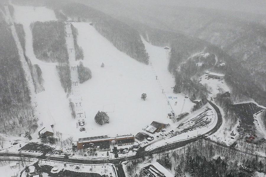 圖為1月23日日本群馬縣草津白根山火山噴發引致鄰近白根山的草津國際滑雪場雪崩後的空拍照片。(AFP/Getty Images)