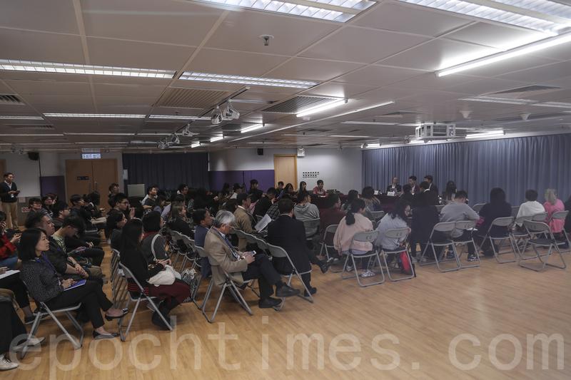 浸大校方與學生下午開會三個多小時,聽取學生取消普通話作為畢業要求的意見。(余鋼/大紀元)