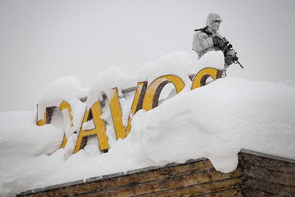 達沃斯論壇於 1月23日至26日在瑞士滑雪勝地達沃斯召開,不過今年的「雪」似乎有點兒太多了,讓保安更增難度。(AFP)