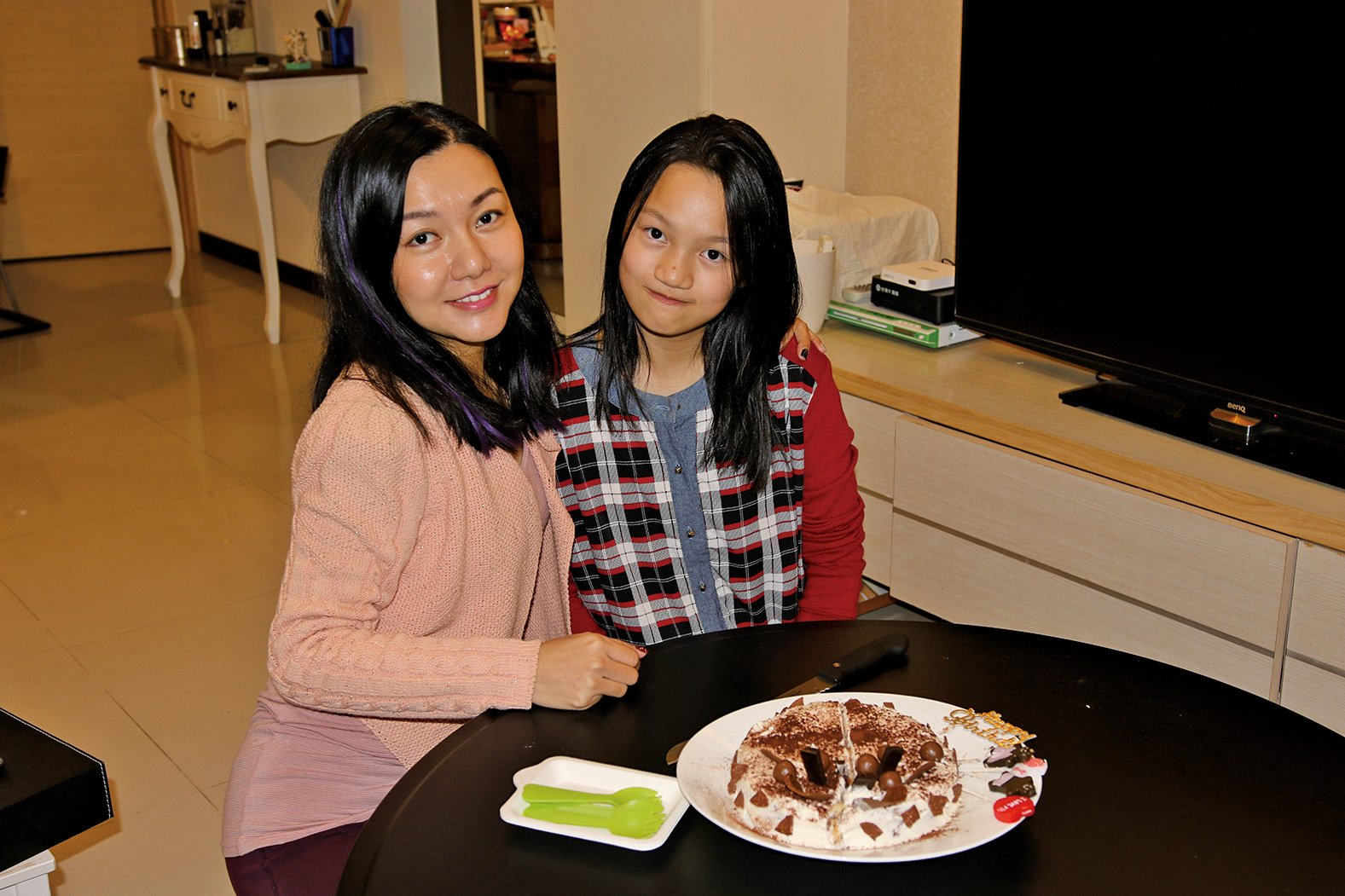 Vanessa的母親(左)為她準備蛋糕慶祝生日。(陳仲明/大紀元)