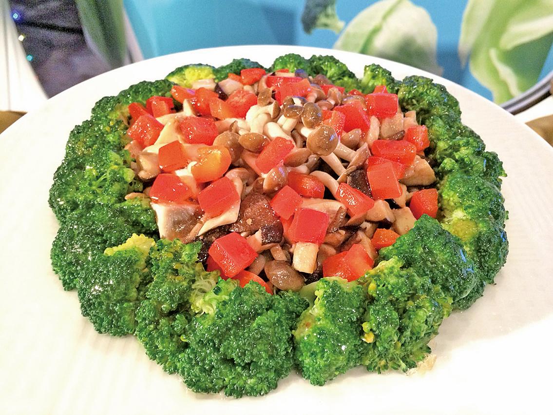 菇菇西蘭花佐沙茶。