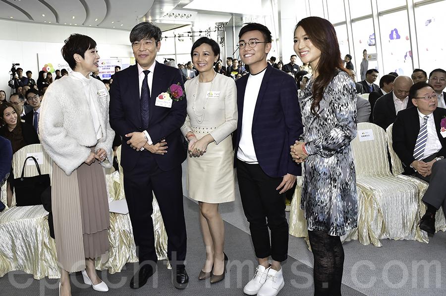 藝人陳法蓉(左一)出席OpenSky.tv (天開電視)啟動禮活動時,與其他人士交流分享喜悅。(郭威利/大紀元)