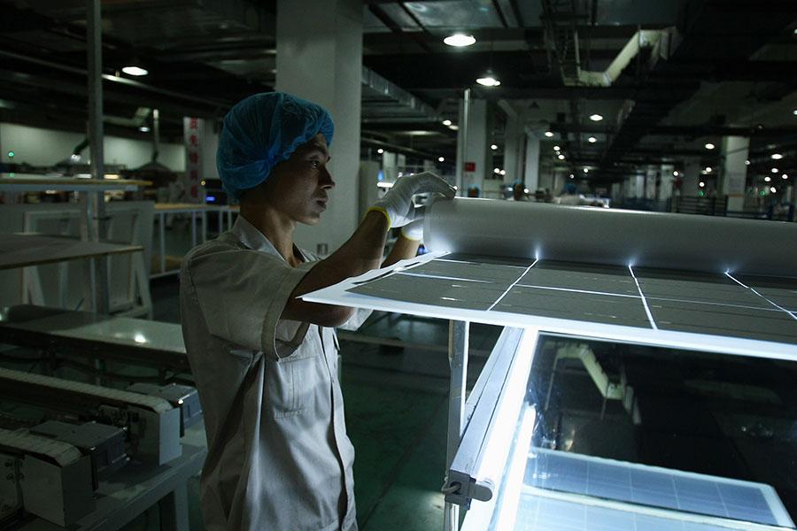 特朗普總統周一(1月22日)決定對進口的太陽能電池和洗衣機徵收關稅。專家說,這僅僅是特朗普政府小試牛刀,而中共幾十年來從中美關係當中受益良多,估計不會輕舉妄動。(Feng Li/Getty Images)
