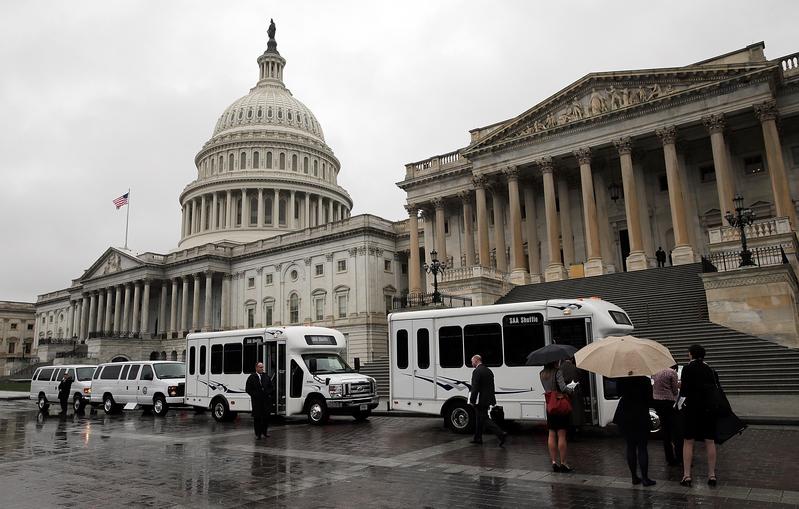 美國聯邦政府關門3天。圖為陰雨天氣中的美國國會。(Win McNamee/Getty Images)