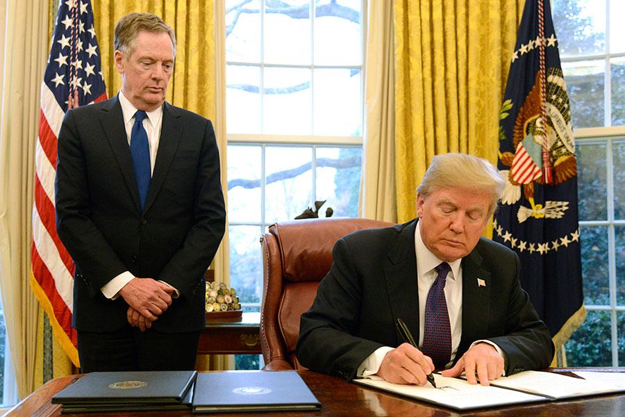 周一,特朗普總統在上任屆滿周年的第一個工作日,同意對洗衣機及太陽能電池與模組課徵高額進口救濟關稅。周二(23日)下午,特朗普在白宮簽署這兩項措施的行政命令。(Mike Theiler-Pool/Getty Images)