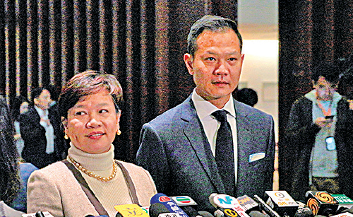 立法會司法及法律事務委員會主席梁美芬(左)確認鄭若驊下周一將出席特別會議。(蔡雯文/大紀元)