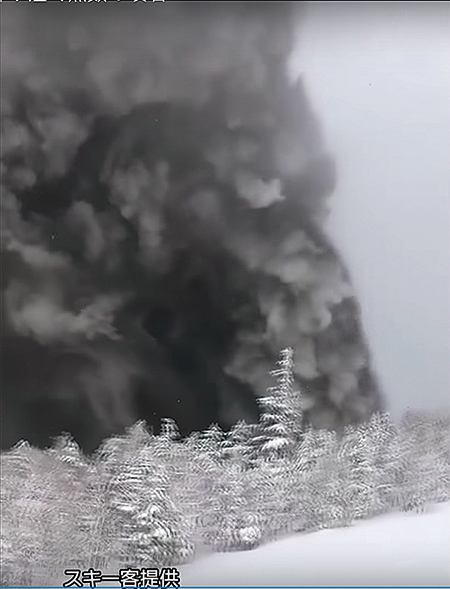一名台灣遊客拍攝到草津白根山爆發一刻。(網上片段截圖)