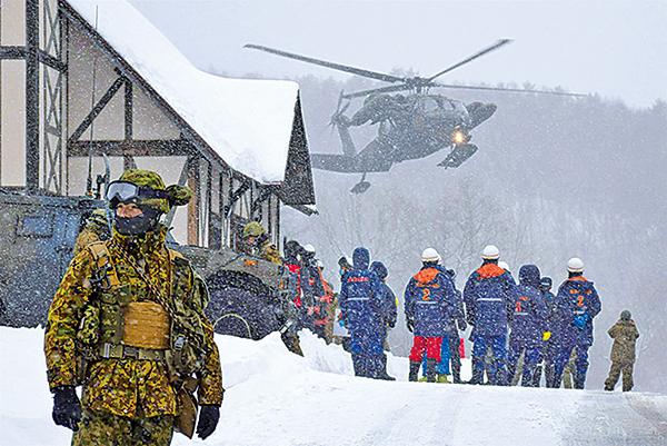 日本官方於23日草津白根山爆發後,派人入山搜救,但由於火山活動,搜救須於24日暫停。(Getty Images)