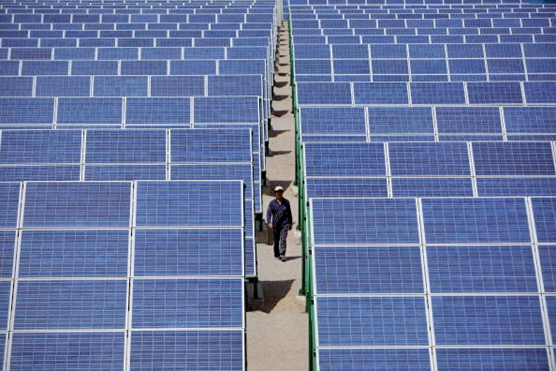 美國總統特朗普1月22日批准對進口太陽能板和部份洗衣機徵收保護性關稅。圖為中國架設在甘肅的太陽能電池板,中國是太陽能電池板最大的出口國。(Getty Images)