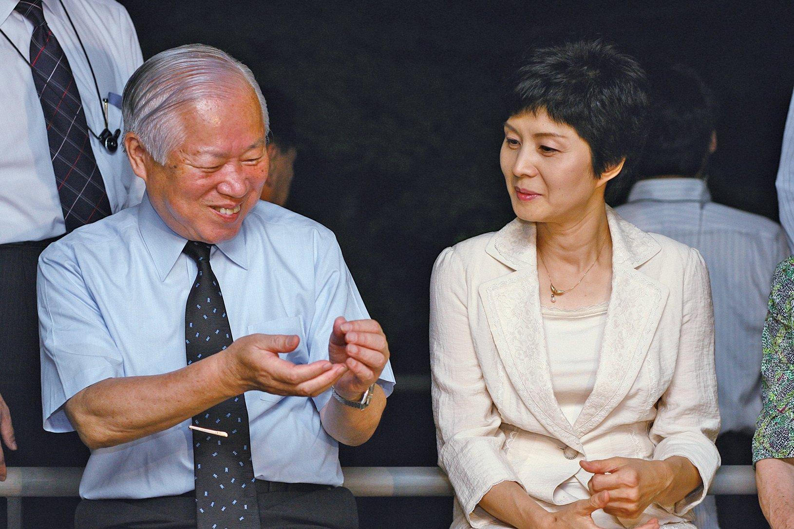 前北韓女間諜金賢姬(右)說,兩韓共組球隊是「金正恩的宣傳噱頭」,其最終目的是以武力統一朝鮮半島。(AFP)