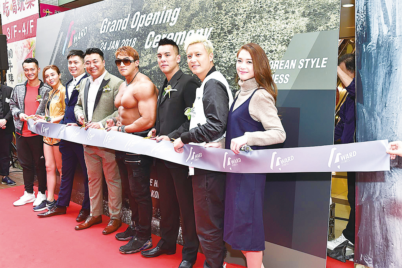 雨僑(左二)、吳浩康(Deep)(左一)和張建聲(Justin)(右二)等人出席韓式健身中心開幕活動。(郭威利/大紀元)