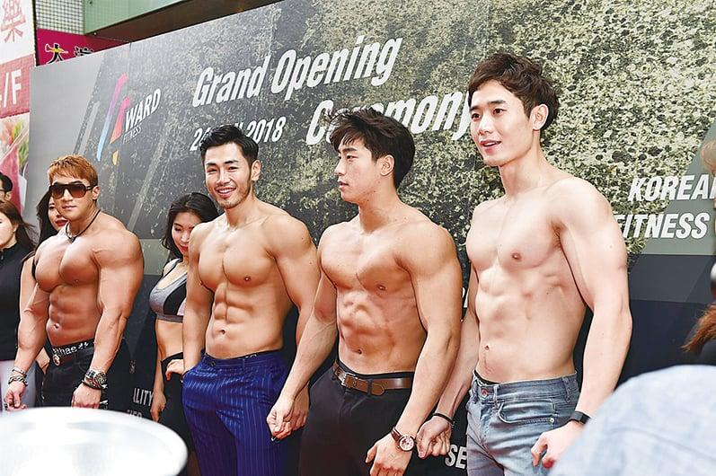活動現場邀請多位韓國健身明星出席並大騷肌肉。(郭威利/大紀元)