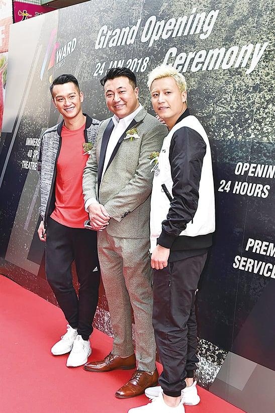 吳浩康(左一)想參加泰拳比賽,張建聲(右一)為《反黑2》操弗身型。(郭威利/大紀元)