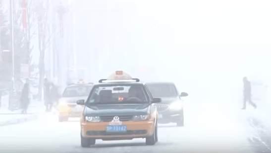 1月21日,漠河縣溫度跌至-41.5度,並出現冰霧天氣。(視像擷圖)