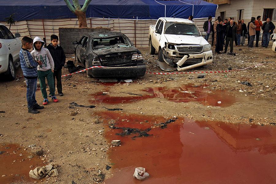 此次襲擊被認為是近幾個月來死傷最慘重的事件。現場到處是鮮血。(ABDULLAH DOMA/AFP/Getty Images)