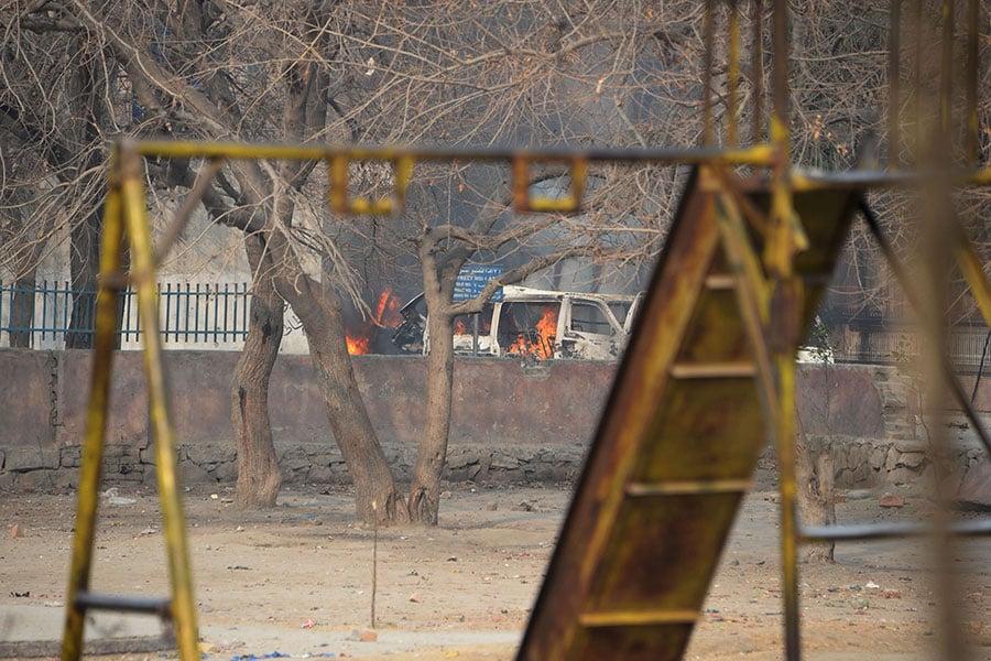 一輛汽車在兒童慈善機構的一個操場附近燃燒。(NOORULLAH SHIRZADA/AFP/Getty Images)
