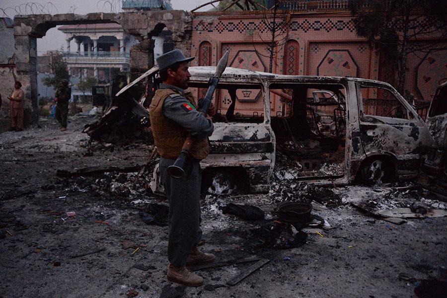 周三上午,阿富汗東部城市賈拉拉巴德(Jalalabad)的一座拯救兒童救援機構的大樓遭遇自殺式爆炸襲擊,至少2人死亡,20人受傷。(NOORULLAH SHIRZADA/AFP/Getty Images)