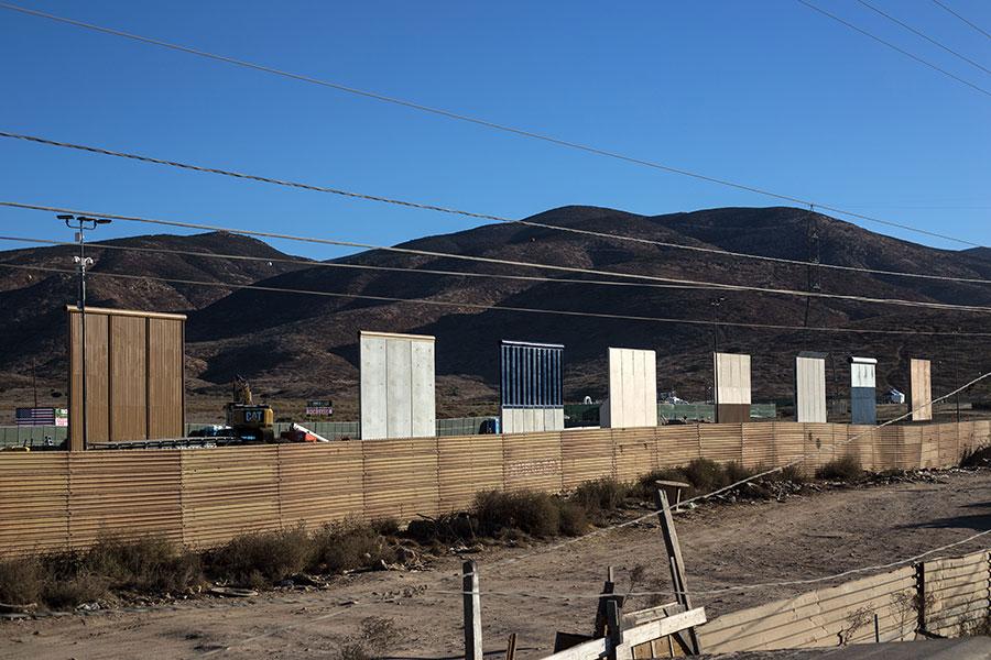 周一,國會達成協議,結束美國聯邦政府關門危機,隔天,參議院民主黨少數黨領袖舒默(Chuck Schumer)反悔,撤回支持修建美墨邊境牆的承諾,特朗普總統發推文斥責,重申沒有邊境牆就沒有DACA。(GUILLERMO ARIAS/AFP/Getty Images)