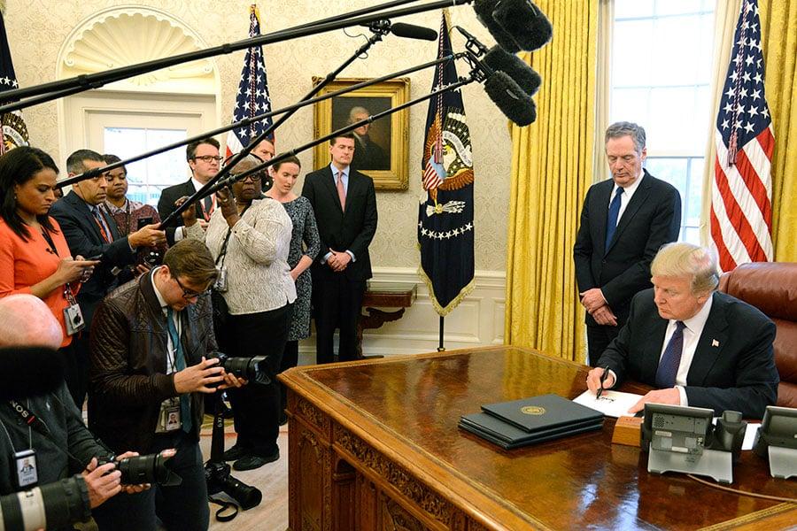 周二(23日)下午,特朗普在白宮簽署文告,正式啟動《201條款》,對洗衣機及太陽能電池與模組課徵高額關稅。(Mike Theiler-Pool/Getty Images)