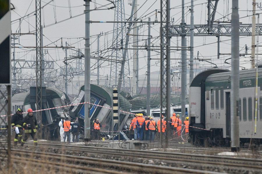 周四早上意大利的一列通勤用地方火車,在米蘭附近地區發生脫軌,造成至少3人死亡、13人重傷,約100人輕傷。(PIERO CRUCIATTI/AFP/Getty Images)