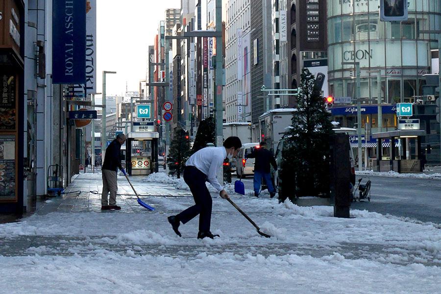 周四(25日)東京都心上午6時20分出現零下4度的最低氣溫紀錄。22日,東京都降下大雪,積雪逾20公分。目前東京都內還有許多地方積雪未融。(Toshifumi KITAMURA/AFP)