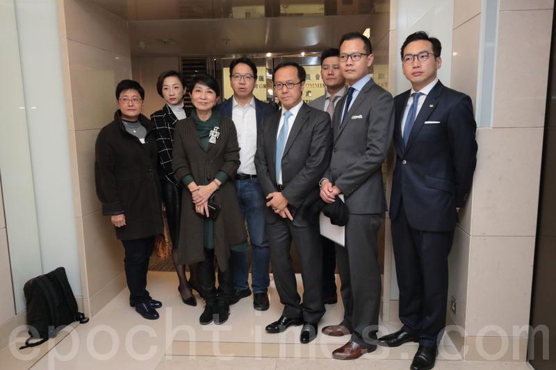 多名泛民主派立法會議員與選舉管理委員會會面,了解立法會補選參選人資格的問題。(蔡雯文/大紀元)