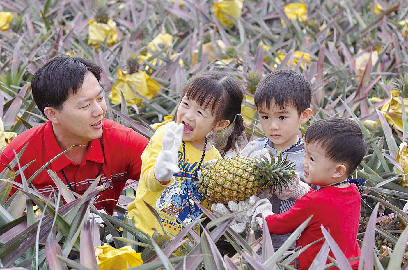 一家人一齊去旅行、行山、食生果,能讓孩子感到愛,有助解決孩子的情緒問題及減少壓力。(大紀元資料圖片)