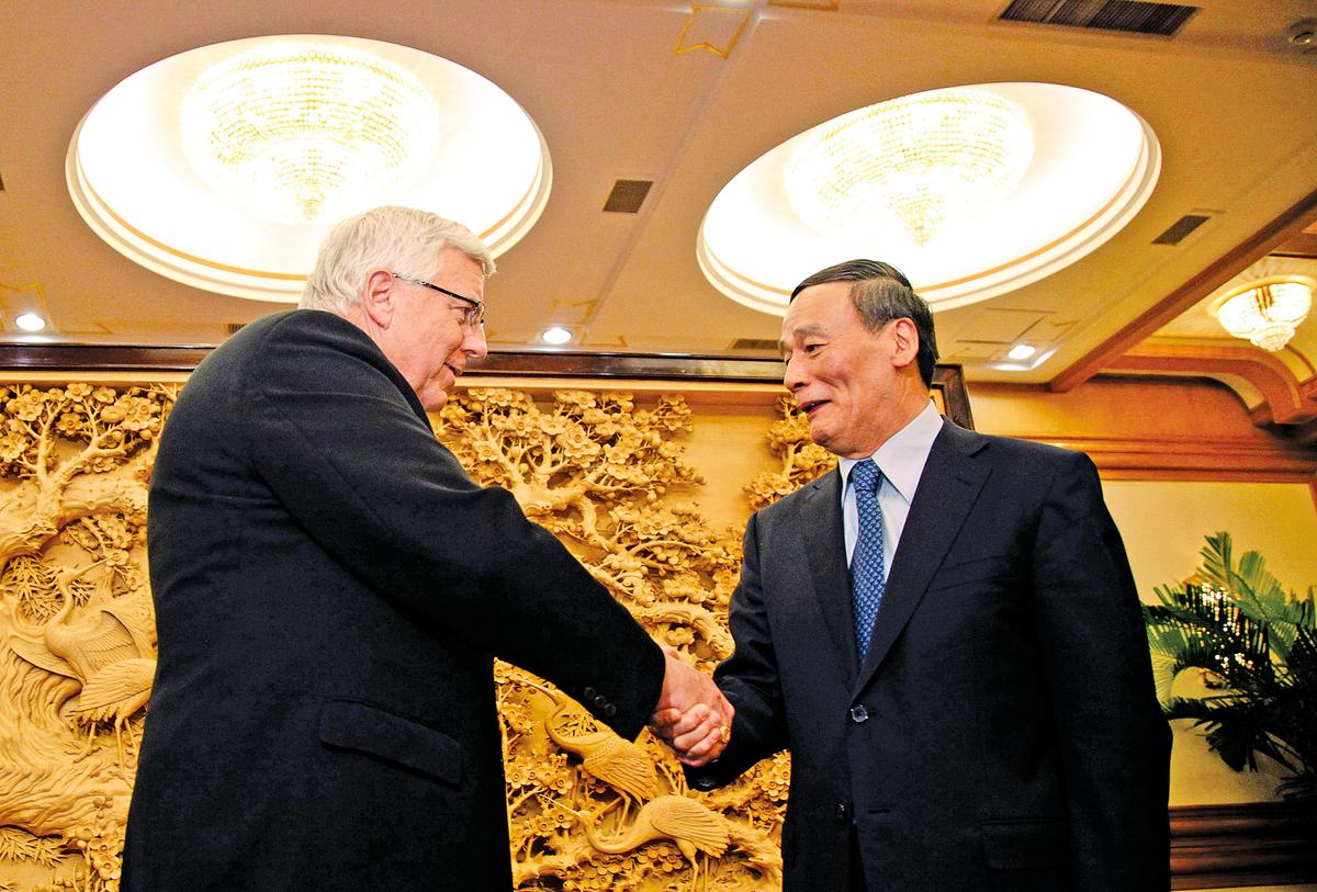 王岐山若任國家副主席,其權力影響至少包括外交、金融等四大領域,成為權力最大的副主席。圖為王岐山(右)2011年在北京會見訪華的美國參議員。(Getty Images)