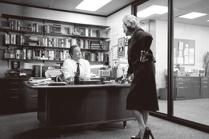 湯漢斯(左)以精湛的演技演繹《郵報》總編輯賓伯特利,一心想要用獨家新聞來為《郵報》贏得聲譽。