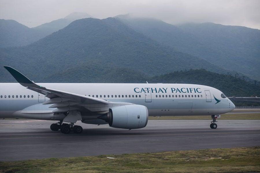 國泰航空今日下午宣佈,將提供特惠價25,000日圓,購買單程從名古屋返港的機票,協助今次受日本風災影響而滯留當地的港人盡快返港。(ANTHONY WALLACE/AFP/Getty Images)