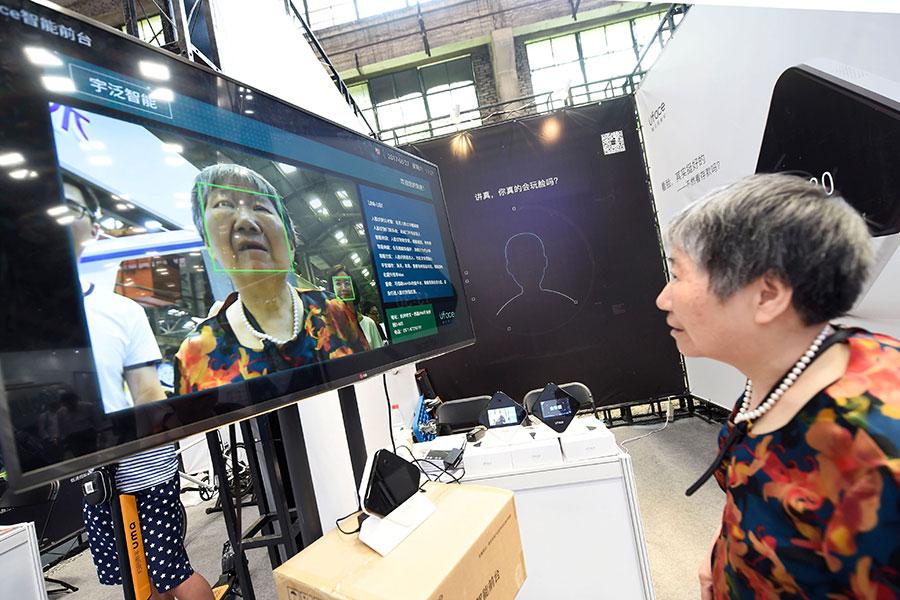 美國使用人臉識別技術是為了確認犯罪嫌疑人的身份,而中共則運用該技術對公民進行監視。(STR/AFP/Getty Images)