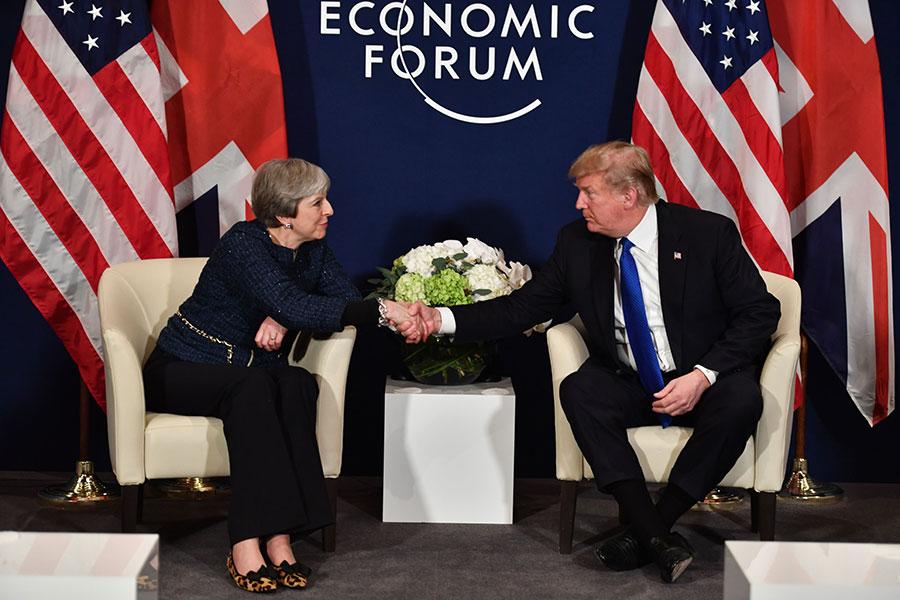 1月25日,美國總統特朗普和英國首相文翠珊在達沃斯舉辦的世界經濟論壇上會談,兩國首腦談及貿易和軍事議題。(NICHOLAS KAMM/AFP/Getty Images)