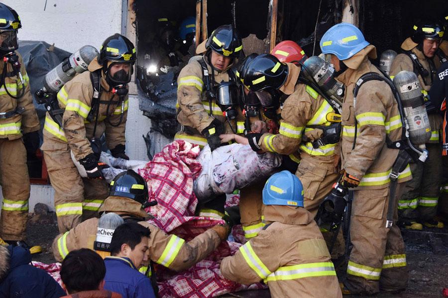 南韓釜山近郊密陽市世宗醫院今日(26日)早上發生火災。目前已知事故已造成41人死亡,數十人受傷。(Kim Gu-Yeon/Gyeongnam Domin Ilbo via Getty Images)