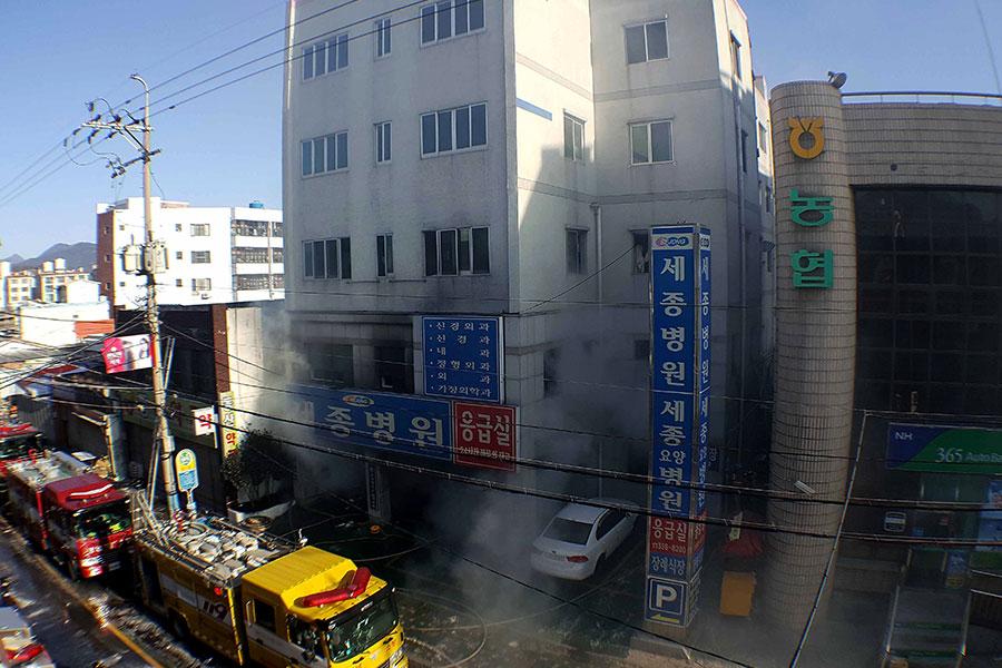 26日早上,南韓釜山近郊密陽市世宗醫院發生火災。目前,事故已造成33人死亡。(Kim Gu-Yeon/Gyeongnam Domin Ilbo via Getty Images)