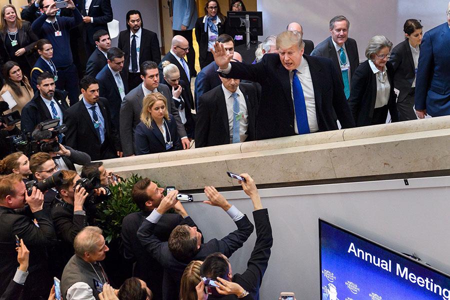 特朗普抵達世界經濟論壇年會會場,向大批記者及群眾揮手。(FABRICE COFFRINI/AFP/Getty Images)