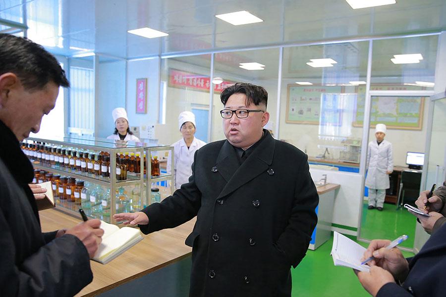 南韓「每日北韓」(Daily NK)網站援引消息稱,北韓領導人金正恩下令防止與寧邊核設施內部活動有關的訊息外洩。圖為金正恩視察平壤的一座製藥工廠。(KCNA VIA KNS / AFP)