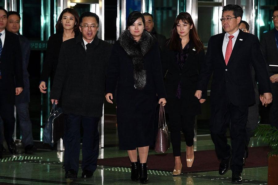 打扮富貴的玄松月(中)訪韓時所持的名牌手袋被曝是山寨品。(Korea Pool/Getty Images)