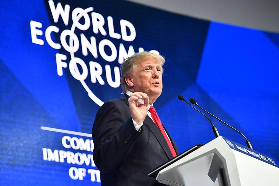 1月26日,在達沃斯參加世界經濟論壇的特朗普否認解僱穆勒的報道,特朗普表示,紐時再次製造假新聞。(AFP PHOTO/Nicholas Kamm)