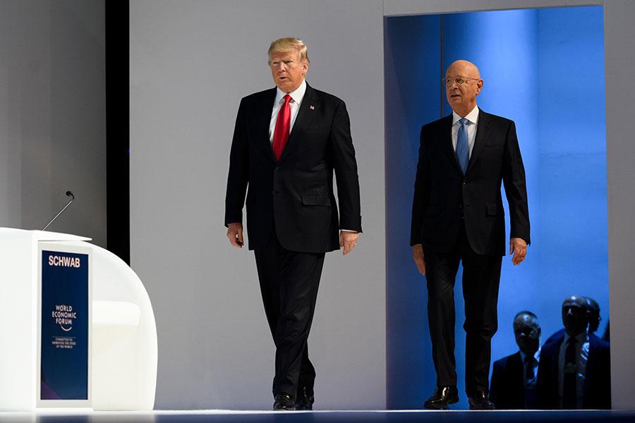 特朗普(左)和世界經濟論壇(WEF)創始人施瓦布。(AFP PHOTO / Fabrice COFFRINI)